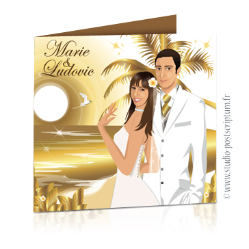 Faire-part de mariage original voyage – dessin d'après photos. Couple de mariés sur la plage d'une île paradisiaque avec des cocotiers et des fleurs exotiques – teintes or et blanc