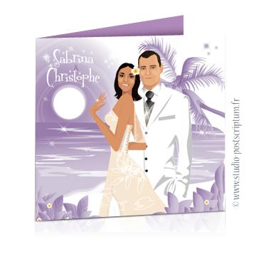 Faire-part de mariage original voyage – dessin d'après photos. Couple de mariés sur la plage d'une île paradisiaque avec des cocotiers et des fleurs exotiques dans des tons violet parme