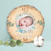 Faire-part de naissance original bleu – papier cartonné découpé en forme de rondelle de bois avec les photos de votre bébé fille ou bébé garçon - modèle avec couronne de fleurs bohème bleu tendre, poudré pastel - style champêtre chic, campagne rustique. Création : studio postscriptum