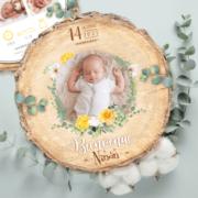 Faire-part de naissance original jaune et mint – papier cartonné découpé en forme de rondelle de bois avec les photos de votre bébé fille ou bébé garçon - modèle avec couronne de fleurs bohème jaune et mint tendre, poudré pastel - style champêtre chic, campagne rustique. Création : studio postscriptum