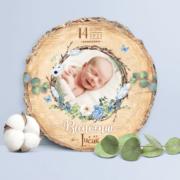 Faire-part de naissance original nid et plumes– papier cartonné découpé en forme de rondelle de bois avec les photos de votre bébé fille ou bébé garçon - modèle avec nid d'oiseau et plumes - couleur bleu tendre, poudré pastel - style champêtre chic, campagne rustique. Création : studio postscriptum
