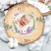 Faire-part de naissance original violet, parme, lilas – papier cartonné découpé en forme de rondelle de bois avec les photos de votre bébé fille ou bébé garçon - modèle avec couronne de fleurs bohème lilas tendre, poudré pastel - style champêtre chic, campagne rustique. Création : studio postscriptum