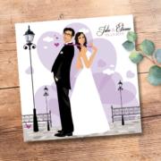 Faire-part de mariage original romantique Couple de mariés et décor coeurs - violet parme
