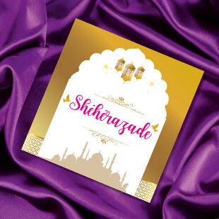 Mariage oriental 1001 nuits - carton nom de table sur tapis volant comme Aladdin et Shéhérazade. Portraits dessin caricature - blanc or et violet Bollywood chic vintage et romantique