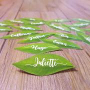 marque-places original en forme de feuilles pour un mariage champêtre - bohème chic - découpé à la forme