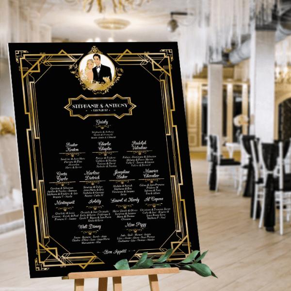 Plan de table de mariage original thème rétro années 20 Gatsby - années folles charleston Couple en dessin d'après vos photos sur fond noir, écriture or chic art déco. Création : studio postscriptum.