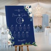 Plan de table de mariage nature romantique, original et chicsur fond bleu nuit foncéavec fleursblanches et feuilles d'eucalyptus vert - sur mesure © www.alpagart.fr