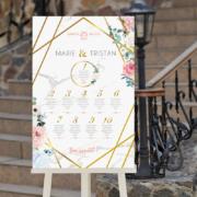 Plan de table de mariage romantique chic avec cadre géométrique doré sur fond effet marbre avec fleurs rose et bleu pastel © www.alpagart.fr