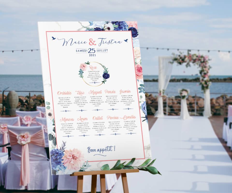 Plan de table de mariage romantique chic avec fleurs rose poudré et bleu marine sur fond effet marbre pour un mariage sur le thème amour pastel © www.alpagart.fr