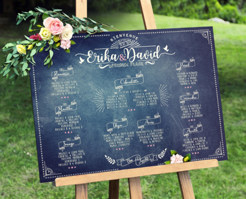 plan de table de mariage champêtre vintage à l'aspect ardoise et écriture à la craie rétro qui donnera une touche campagne chic à votre mariage bohème plan de table original disponible également en effet planche de bois - fleurs rose et blanc