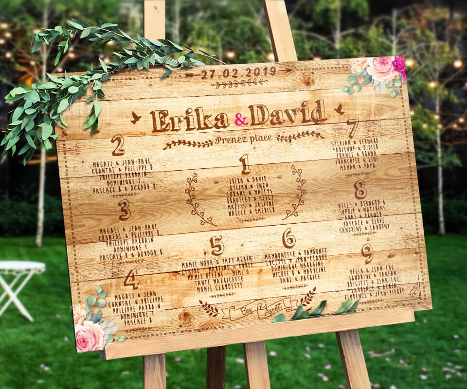 plan de table de mariage champêtre vintage à l'aspect planche de bois brut et écriture rétro qui donnera une touche campagne chic à votre mariage bohème. Plan de table original disponible également en effet carton kraft - fleurs rose et blanc